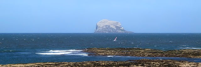シーバード・センターからバス・ロックを望む Bass Rock from the Scotish Seabird Center, North Berwick, Edinburgh 2009/05/17 Photo by Kohyuh